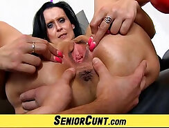 Amateur MILF likes to spread her pussy in public